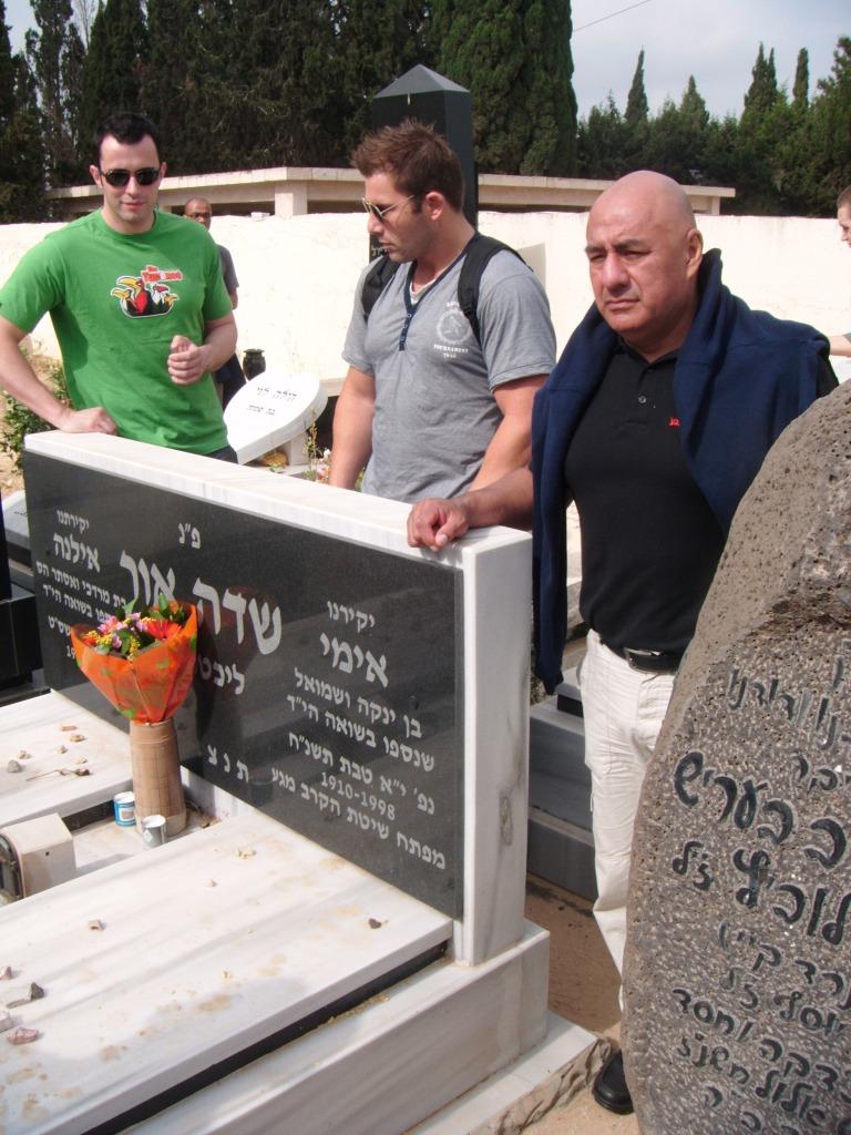 Honrando la memoria de Imi en su sepulcro